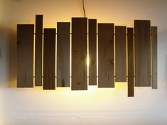 Cuadro luminoso de madera slats wall sconce - cantilever and press Wood Slat Wall, Wooden Slats, Wood Wood, Wall Mounted Lamps, Wall Sconces, Deco Design, Lamp Design, Luminaria Diy, Modern Lighting Design