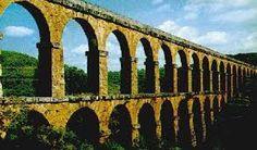 El agua era llevada a Roma por una red de 420 Km. de canales y tuberías desde manantiales, lagos y ríos situados en las montañas de los alrededores; el suministro era continuo, pues no había manera de regularlo
