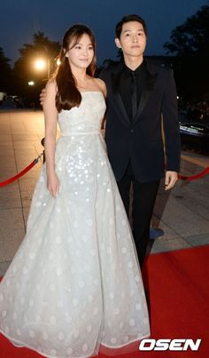 Stars of Descendants of the Sun and our favorite couple, Song Joong-Ki and Song Hye-Kyo greeted fans as they graced the red carpet at the annual Baek Sang Arts Awards. Song Hye-Kyo was accompanied … Korean Actresses, Korean Actors, Actors & Actresses, Korean Celebrities, Celebs, Song Hye Kyo Style, Song Joong Ki Cute, Soon Joong Ki, Decendants Of The Sun