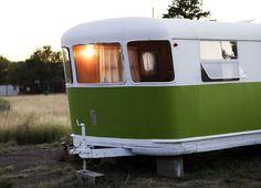 Vintage Camper - Tiny Trailer - Travel Caravan <O> Old Campers, Vintage Campers Trailers, Vintage Caravans, Camper Trailers, Happy Campers, Camping Glamping, Retro Camping, Truck Camping, Classic Campers