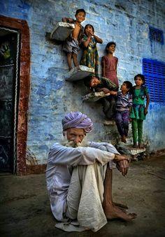 India: familia en la escalera.
