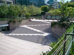 Afbeelding waarbij trap en rolstoelramp door elkaar lopen