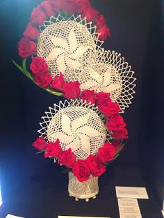 New Garden Club Journal. Panel design with red roses. Modern Floral Arrangements, Flower Arrangements, Garden Club, Floral Designs, Table Centerpieces, 4th Of July Wreath, Flower Art, Red Roses, Projects To Try