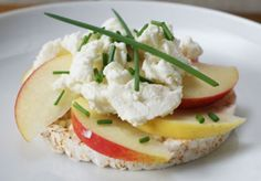 Recept: Rijstwafel met appel en geitenkaas Recipe: Puffed rice cake with apple and goat's cheese www. Snack Recipes, Healthy Recipes, Snacks, Savory Muffins, Puffed Rice, Rice Cakes, Goat Cheese, Salads, Low Carb