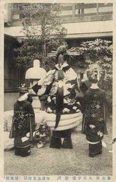 盛装の歌川(後姿) : モノクロ写真でよみがえる花魁の世界 - NAVER まとめ