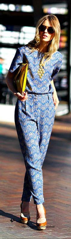 La Yellow Touch Tailleur pour l'été, femme chic et sac pochette jaune.