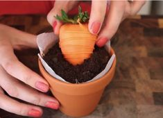 Easter Chocolate Mousse Pots With Strawberry Carrots / Brighten up your Easter dinner table with these truly unique recipe I would use tiny pots Holiday Treats, Holiday Recipes, Easter Dinner Recipes, Hoppy Easter, Easter Bunny, Creative Desserts, Easter Chocolate, Easter Party, Easter 2018