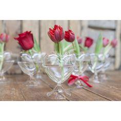 Jarroncito de cristal en forma de corazón de 14cm de altura con tulipan rojo.