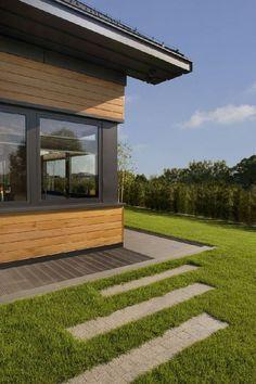 """...a dalej płynnie """"przechodzi"""" na zadbany trawnik Organic Modern, House Plans, Sidewalk, Barn, Wallpaper, Outdoor Decor, Architects, Home Decor, Studios"""