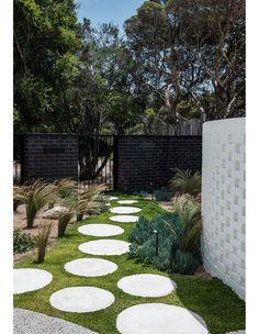 Landscape And Urbanism, Landscape Design, Garden Design, House Design, Breeze Block Wall, Mim Design, Suburban House, Outdoor Spaces, Outdoor Decor
