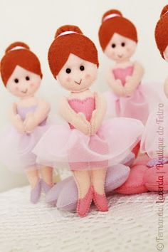 Bailarina de feltro com moldes ballerina felt dolls? Totally a present for a beginner ballet dancer! Fabric Toys, Felt Fabric, Felt Patterns, Stuffed Toys Patterns, Felt Dolls, Doll Toys, Mini E, Sewing Dolls, Felt Hearts