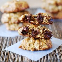 Banana Oatmeal Cookies with Chocolate Chips. Thick and chewy banana oatmeal cookies with chocolate chips – the best oatmeal cookies! Low Fat Desserts, Healthy Desserts, Just Desserts, Delicious Desserts, Yummy Food, Tasty, Banana Oatmeal Chocolate Chip Cookies, Banana Oatmeal Cookies, Chocolate Chips