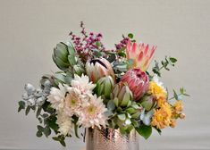 Love it when the vase colour is just right! Proteas, leucadendrongs, tetragonia nuts & the most perfect blush pink chrysanthemums. #natives #protea #pinkprotea #blushpinkflowers #rosegoldpot #nativefloristperth #nativeflowersperth #daisyhillflowers