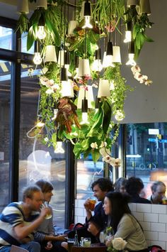 Wat er al niet kan gebeuren als je 2 mooie merken laat samenwerken! Plumen - je weet wel, van die bijzondere lamp - en Bosske - van de op zijn kop hangende plantenbakjes - maakten samen deze prachtige, groene kroonluchter, die te bewonderen was tijdens de London Design Week van afgelopen september.