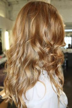 Caramel hair color with honey blonde highlights Honey Blonde Hair Color, Hair Color Caramel, Dark Blonde Hair, Hair Color And Cut, Ombre Hair Color, Brown Hair Colors, Wavy Hair, Warm Blonde, Blonde Color