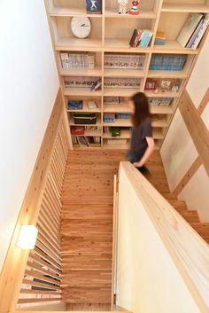 階段の踊り場に設けた大きな本棚。収納力抜群!