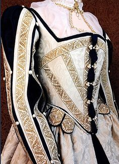 I would love to wear this....Cream Elizabethan court costume...on the next mediative historie ball off or history sociatiy in town....