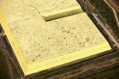 L'énorme gâteau du pétrole bitumeux Cette pyramide de soufre – dont on saisit la taille colossale au vu des installations de chantier dans le cercle en rouge – couvre plus de 1kilomètre carré. Extrait des hydrocarbures après raffinage, cet élément toxique est stocké à l'air libre au nord de Fort McMurray, capitale pétrolière de l'ouest canadien.