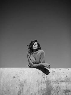 Annemarieke van Drimmelen - mode fotograaf. Hele sterke foto. Ze springt er echt uit. Er loopt een lijn door de foto heen, vandaar dat ze haar arm ook een kant op heeft.