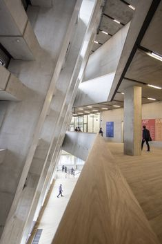 Image 16 of 46 from gallery of Gallery: Herzog & de Meuron's Tate Modern Extension Photographed by Laurian Ghinitoiu. Photograph by Laurian Ghinitoiu Modern Art London, Museum Of Modern Art, Tate Modern Extension, Switch House, Museum Art Gallery, Urban Architecture, Exhibition Space, Brutalist, Art Of Living