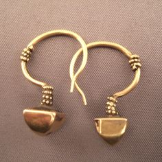 20ct gold, India Description The women of Rabari, nomads dispersed on several states of India ( Gujarat and Radjastan) wear this kind of earrings of a great simplicity and often several pairs of that kind decorate their lobes... Weight:2 x 2,25gr Height:1,02inch