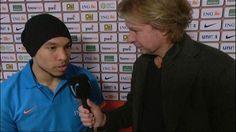 Nigel de Jong praat met interviewer Hans Kraay jr