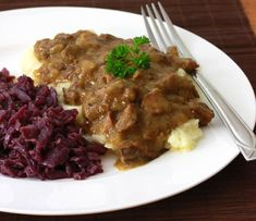 Hachee (Dutch Beef and Onion Stew). Hachee a traditional Dutch Beef & Onion Stew with a deliciously rich depth of flavor. Veal Recipes, Amish Recipes, Cooking Recipes, Soup Recipes, Oven Cooking, Free Recipes, Recipies, Dinner Recipes, Traditional Dutch Recipes