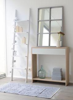 Espejo y escalera de mano para decorar el recibidor