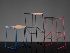 Otro mueble perteneciente a WM series es el taburete Wrap stool, cuya forma es el resultado del uso de madera contrachapada laminada con barras de acero curvado