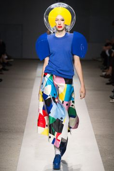 Junya Watanabe Spring 2015 RTW: this clearly takes inspiration from the pop art fashion. The colors and odd shapes seems to have the same theme to the reaction to abstract expressionism of the Pop Art Fashion, Space Fashion, 1940s Fashion, Fashion Show, Paris Fashion, Geometric Fashion, Podium, Summer Prints, Junya Watanabe