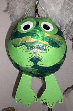 Met een ballon en wat handjes, voetjes en oogjes heb je zó een kikker geknutseld. Eventueel kun je na het voorlezen van het boek 'Kees Kikker' eerst de ballon opblazen en loslaten zodat hij wegvliegt ;)