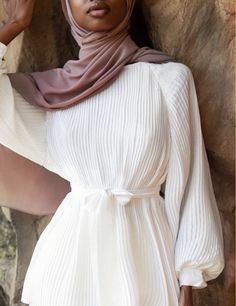 the top that goes with everything 🤍 // in white pleated balloon sleeve top + nude mauve chiffon hijab Modest Outfits Muslim, Modest Fashion Hijab, Modesty Fashion, Muslim Fashion, Classy Outfits, Chic Outfits, Fashion Outfits, Elegant Dresses, Casual Dresses