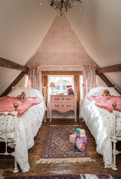 This idyllic English cottage couldn& be more charming - . - This idyllic English cottage couldn& be more charming – - Cozy Cottage, Cottage Homes, White Cottage, Cottage Gardens, Cottage Ideas, Cosy Living, English Country Decor, English Cottage Style, Attic Rooms
