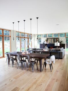 Modern Dining Room Design with Oak Dining Table and Chairs Casa Kaufmann, Country Modern Home, Modern Barn, Vintage Modern, Modern Family, Modern Farmhouse, Square Tables, Dining Room Design, Dining Area