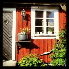 "Cafe"" ""Tant Grön"", Sigtuna, Sweden  I like the ledge by the door.  A great idea for the cottage"