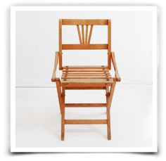 Chaise pliante en bois pour enfant, années 40.Très jolie petite chaise ancienne à lattes et en très bon état.Quelques marques du temps apportent un charme supplémentaire à cet objet ancien.Hauteur : 56 cm Hauteur assise : 31 cm Largeur : 32,5 cm Profondeur : 30 cmRetrait sans frais : Entrez le code ATELIER à la fin de votre commande