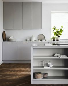 Nordiska Kök - Nordic minimalist kitchen with open kitchen island. A minimalistic kitchen in subdued grey tones, Carrara marble with seamlessly integrated sink. For more kitchen inspiration visit www. Nordic Kitchen, Scandinavian Kitchen, New Kitchen, Kitchen Decor, Kitchen Styling, Scandinavian Design, Kitchen Grey, Kitchen Walls, Narrow Kitchen