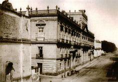 Palacio de Mineria, cuando la calle era estrecha y el edificio de correos ni siquiera existia.