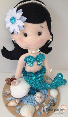 ATELIÊ MAMÃE QUEM FAZ: Linda Sereia Azul - Encantos do Fundo do Mar Mermaid Crafts, Mermaid Diy, Mermaid Dolls, Doll Crafts, Sewing Crafts, Felt Doll Patterns, Felt Embroidery, Felt Toys, Felt Ornaments
