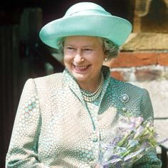 The Queen wearing the Duchess of Cambridge brooch