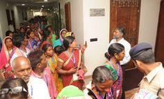 सूरजपुर जिले के पंचायत प्रतिनिधि नया रायपुर स्थित महानदी भवन पहुंचे, जहाँ मंत्रालय में उन्होंने प्रशासनिक ब्लाक, सचिव ब्लाक, मुख्यमंत्री कक्ष एवं अधिकारियों का बैठक कक्ष देखा. मंत्रालय के रजिस्ट्रार श्री भगवान सिंह कुशवाहा ने उन्हें यहाँ के कामकाज के बारे में जानकारी दी. आधुनिक साज-सज्जा देख प्रतिनिधि बेहद प्रसन्न नजर आए. मंत्रालय भवन की ऊपरी मंजिल से नया रायपुर का खूबसूरत नजारा देखते हुए बुजुर्ग के होंठो पर हंसी आ गई.