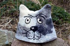 Купить или заказать Банная шапка Мартовский кот в интернет-магазине на Ярмарке Мастеров. Банная шапка, валяная вручную из шерсти. Очень легкая, плотная, отлично держит тепло, прослужит очень долго. Изображает бывалого кота Василия, на обороте надпись 'Я старый солдат, я не знаю слов любви'. Отличный подарок для человека, ценящего вещи ручной работы, обладающего чувством юмора. На заказ расцветка может быть любой, впрочем, как и надпись. Также можно с сидушкой, рукавицей, тапочками.