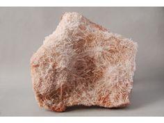 """La NATROLITA fue descubierta en la zona de Baden - Württemberg, Alemania, en 1803, y fue el científico alemán Heinrich Martin Klaporth (1743-1817) quien le dio nombre basándose en su composición química. El nombre deriva de natron, que es el nombre en griego clásico de """"carbonato sódico"""", y lithos, """"piedra"""". El ácido clorhídrico destruye a la natrolita dando como resultado una gelatina de sílice. Este mineral se funde fácilmente y produce una llama de color amarillo debido al sodio."""