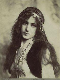 A Study, No. 1 (The Bridal Rose) - Rudolf Eickemeyer Jr. - c. 1901  Met Museum    Beautiful isn't she?