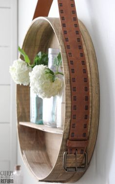 Use an old belt to turn a cheese box into a beautiful shelf. Box Shelves, Living Room Shelves, Boho Home, Hat Boxes, Bathroom Shelves, Home Projects, Home Accessories, Repurposed, Diy Home Decor