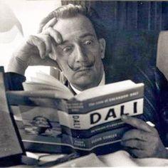 Dalí leyendo sobre... Dalí.