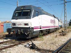 La locomotora de la serie 252 es la más importante para remolcar trenes de viajeros de Renfe en líneas electrificadas.
