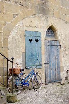 Simplesmente uma porta e janela com corações, em Mirepoix, departamento de Ariège, região administrativa de Midi-Pyrénées, França.  Fotografia: Fatimatrix no Flickr.