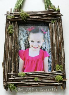 Create picture frames yourself and bring out the picture motifs to their best advantage - Decoration Solutions Twig Crafts, Frame Crafts, Fun Crafts, Wood Crafts, Fall Projects, Diy Projects, Retro Pictures, Create Picture, Simple Embroidery