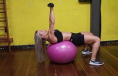 Supino Reto na Bola Suíça. Grupos musculares: Peitoral (fibras médias), Tríceps, Ombro. Execução correta, recomendações, cuidados e mais informações